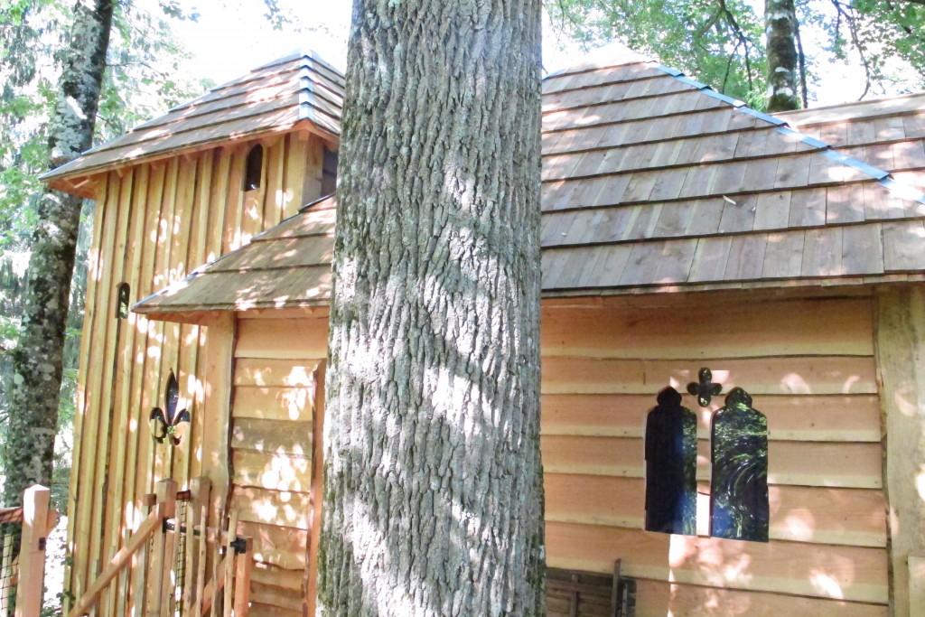 Une cabane dans les arbres en forme de château