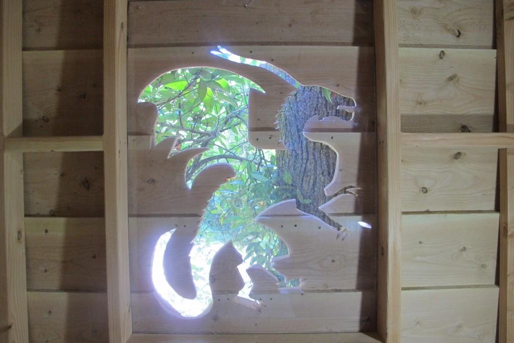 Dragon dans une cabane dans les arbres