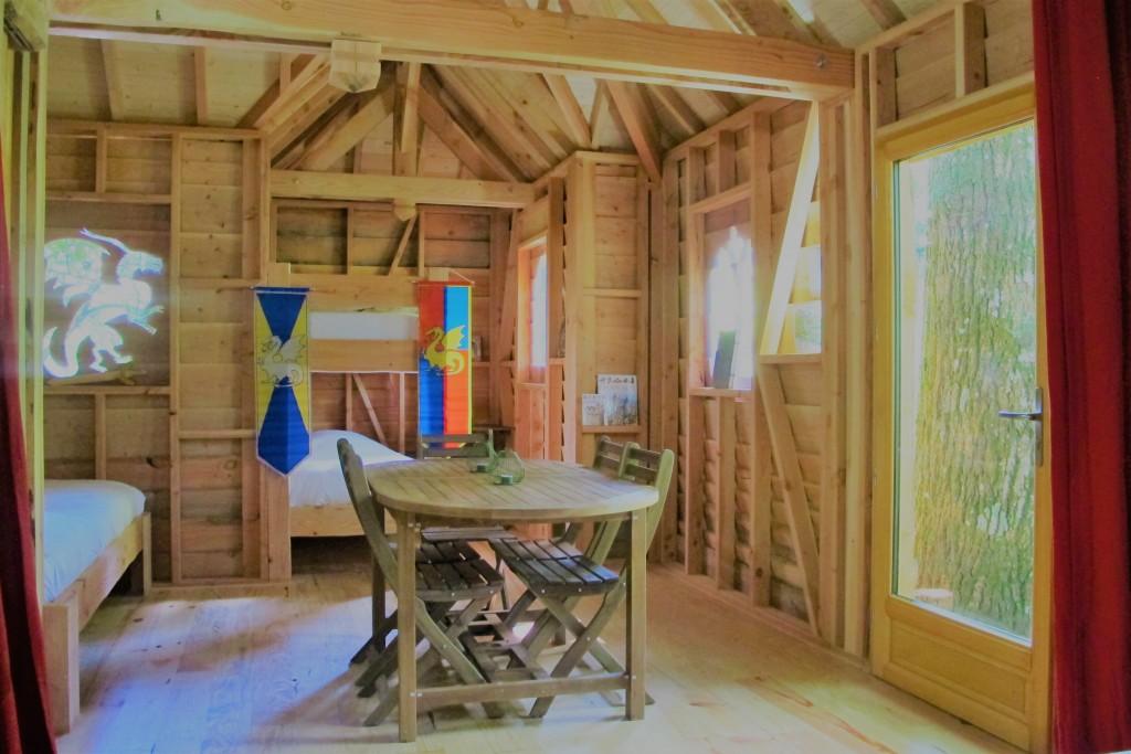 Intérieur d'une cabane perchée dans le Béarn